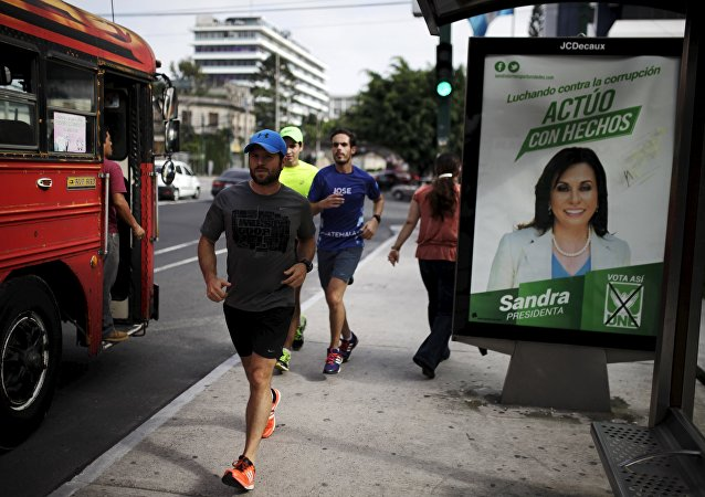 Póster con la imagén de candidata a la presidencia de Guatemala, Sandra Torres, en la ciudad de Guatemala