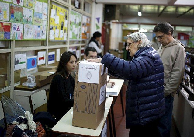 Una anciana vota en elecciones en Argentina