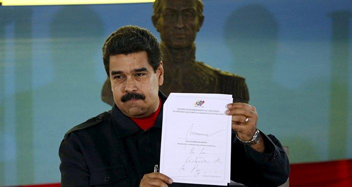 Nicolás Maduro, presidente de Venezuela, después de firmar el documento