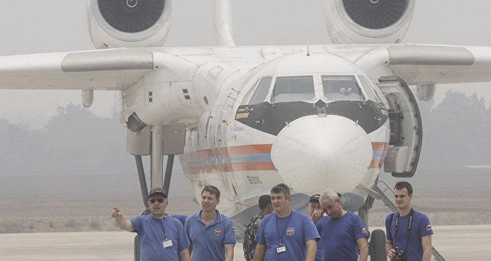 Equipaje de avión anfibio ruso Be-200 durante incendios forestales en Indonesia
