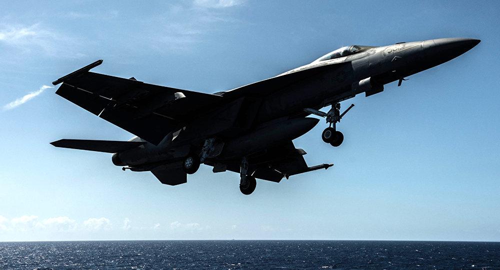 Un F/A-18E de la Armada de EEUU despega desde el portaaviones USS Ronald Reagan