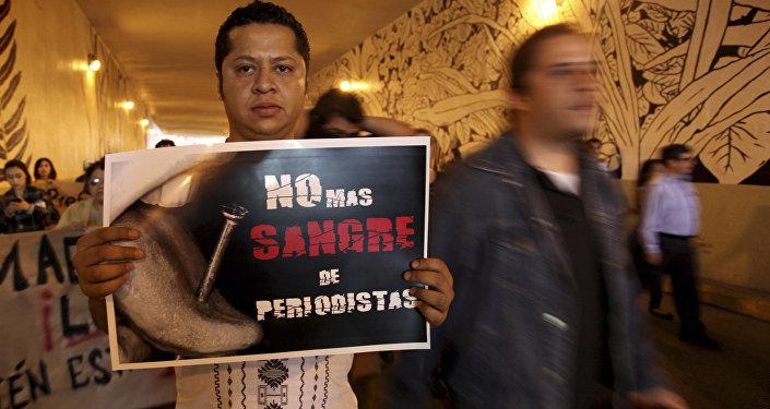 Un hombre lleva la pancarta que dice No más sangre de periodistas durante la manifestación para exigir justicia en el caso Regina Martinez