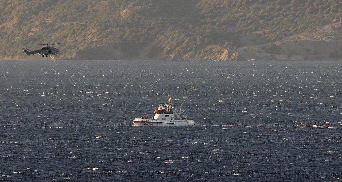 La guardia costera trata de salvar a los refugiados y migrantes