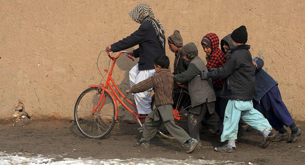 Niños refugiados con la bicicleta (archivo)