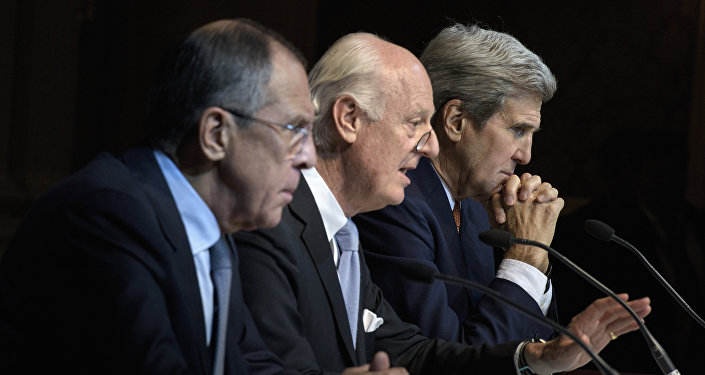Ministro de Exteriores de Rusia Serguéi Lavrov, enviado especial de la ONU para Siria Staffan de Mistura y secretario de Estado de EEUU John Kerry en las negociaciones sobre Siria en Viena