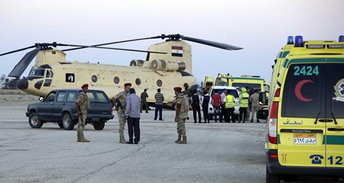 Trabajadores de emergencia egipcios trasladan los cuerpos de los pasajeros del Airbus-321 a las ambulancias en el aeropuerto militar Kabrit