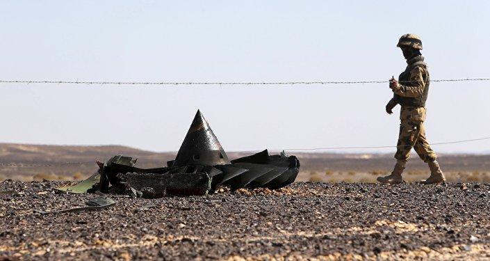 Soldado de Ejército egipcio vigila el lugar de siniestro de avión ruso A321