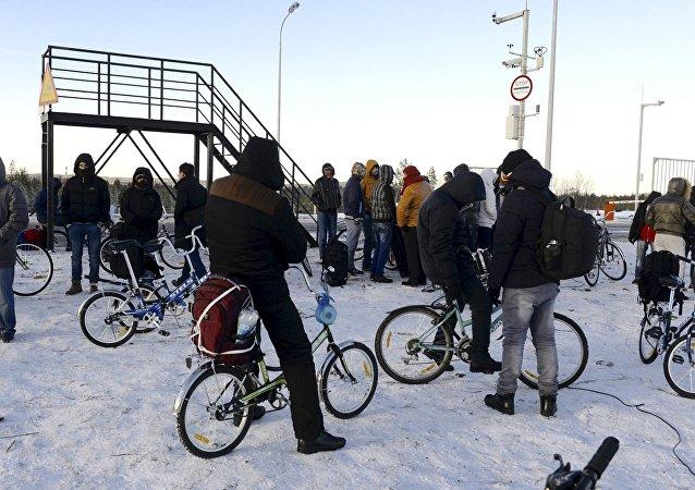 Los refugiados con bicicletas en la frontera ruso-noruega