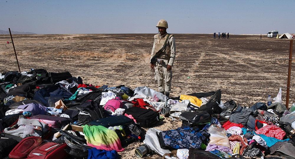 Maletas y cosas personales de los pasajeros del A321 en el lugar del siniestro