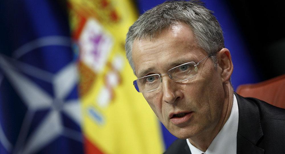 Jens Stoltenberg, secretario general de la OTAN, en el fondo de las banderas de la OTAN y España