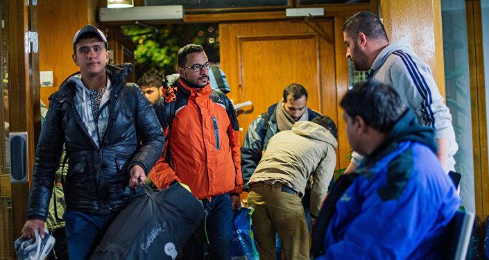 Refugiados llegan a la mezquita central de Estocolmo tras viajar por muchas horas de la ciudad de Malmo en el sur de Suecia