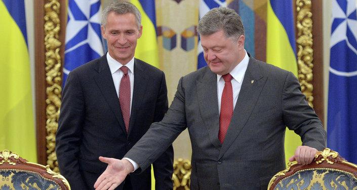 El secretario general de la OTAN, Jens Stoltenberg, con el presidente de Ucrania, Petro Poroshenko (archivo)
