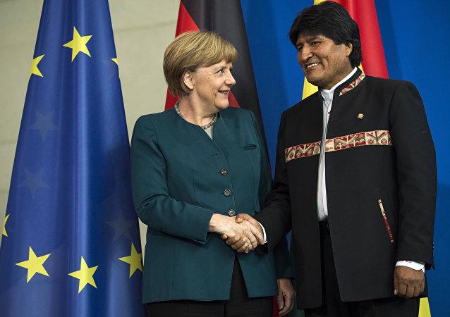 La canciller de Alemania, Angela Merkel, y el expresidente de Bolivia, Evo Morales