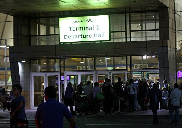 Turistas en la puerta de embarque en Sharm el Sheikh