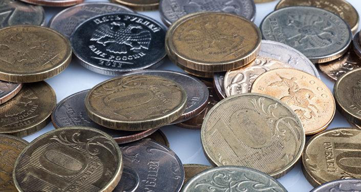 Una moscovita recibe su pensión en un saco con seis kilos de monedas