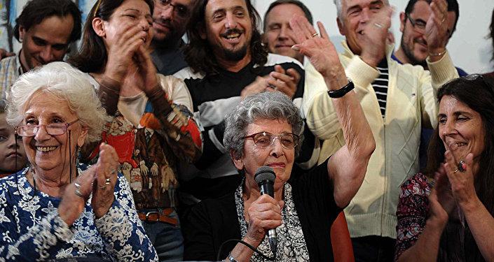 Presidenta de la organización Abuelas de Plaza de Mayo, Estela de Carlotto, y una de las fundadoras, Delia Giovanola