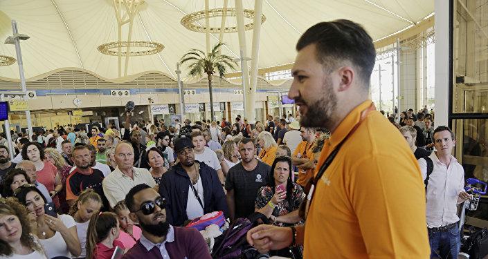 Empleado de Easyjet habla con los turistas británicos en el aeropuerto de Sharm el Sheikh
