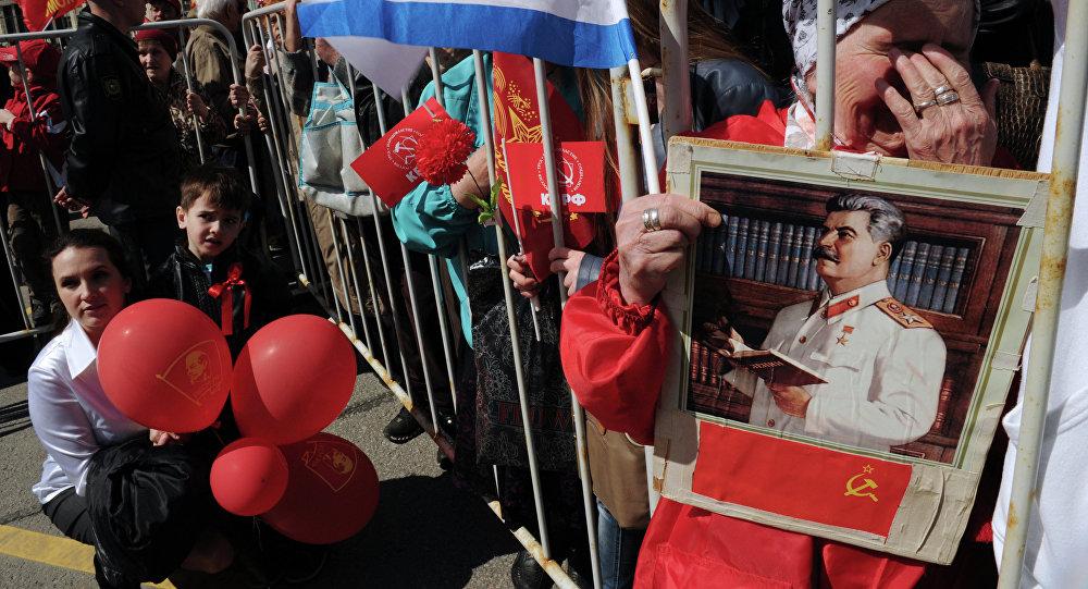 Partidaria del Partido Comunista rusa con el rescate de Iósif Stalin en Moscú