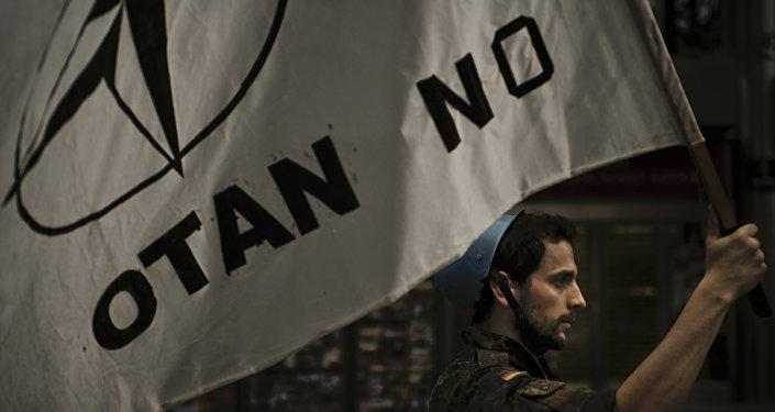 Activista anti-OTAN participa en una marcha contra las acciones de la OTAN en Libia