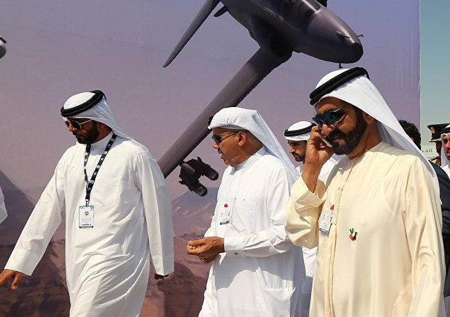 Primer ministro de Emiratos Árabes Unidos Jeque Mohamed bin Rashid Al Maktum habla por teléfono durante el salón de aviación Dubái Airshow-2015