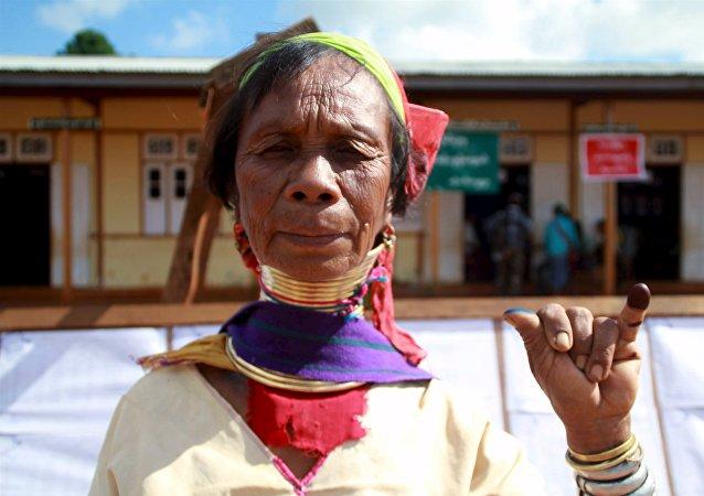 Una mujer de la etnia kayan muestra su meñique marcado con tinta indeleble al salir de un colegio electoral en Loikaw (Myanmar), el 8 de noviembre de 2015