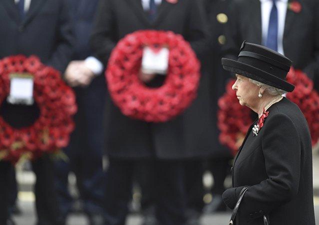 Reina Isabel II acude al Cenotafio de Londres durante la ceremonia en recuerdo a los militares caídos