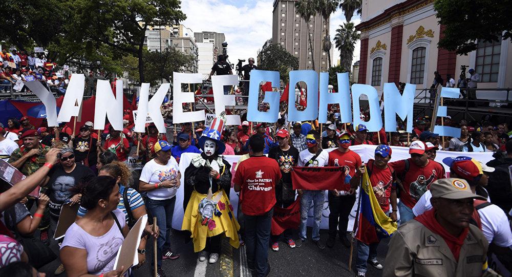 Partidarios del presidente Nicolas Maduro llevan las letras que dicen Yankee Go Home