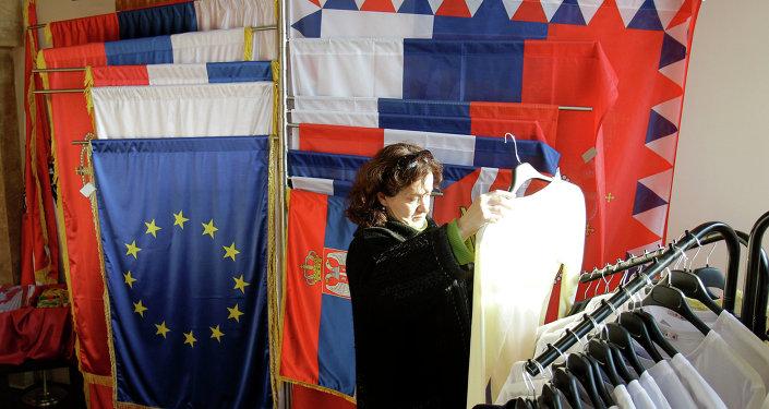 Banderas de Sebia y la UE