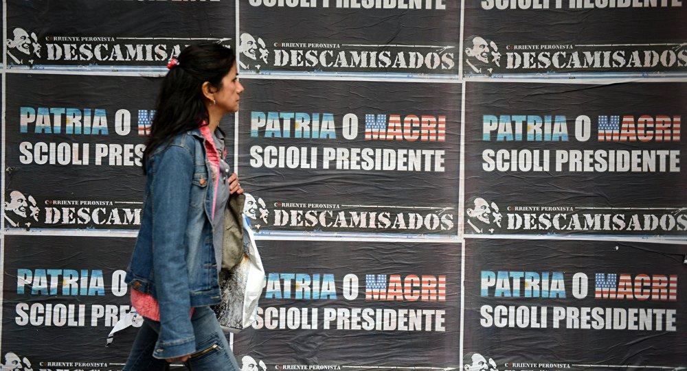 Carteles electorales en Buenos Aires durante las elecciones presidenciales de 2015 (archivo)