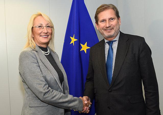 Ministra turca de Asuntos Europeos Beril Dedeoglu y comisario europeo de Política de Vecindad y para la Ampliación Johannes Hahn