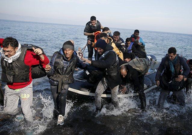 Refugiados sirios llegan a la costa de isla Lesbos en una balsa
