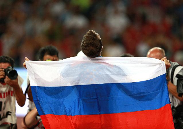 Deportista ruso con la bandera de Rusia