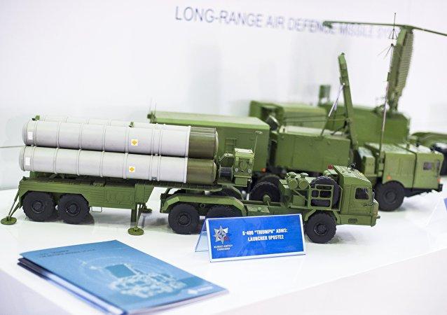Modelo del sistema antiaéreo S-400 en Dubai Airshow 2015