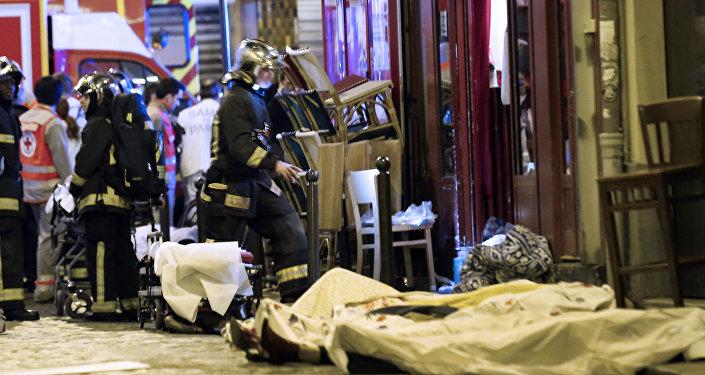 Socorristas en el lugar del atentado en París