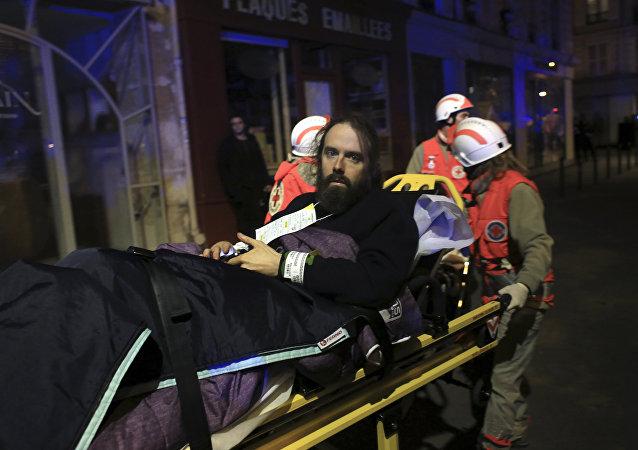 Hombre es evacuado de la sala Bataclan en París