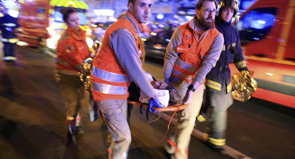 Evacuación de los heridos, atentado terrorista en Bataclan, el 13 de noviembre de 2015, París