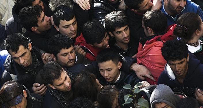 Migrantes y refugiados esperan la matriculación en una cola en Berlín (Archivo)