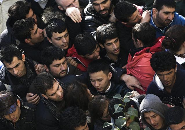 Migrantes y refugiados esperan la matriculación en una cola en Berlín, Alemania
