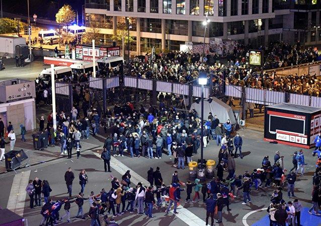 Hinchas salen de Estadio de Francia tras una serie de atentados en París