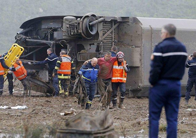 Socorristas investigan el lugar de siniestro del tren TGV cerca de Estrasburgo, Francia