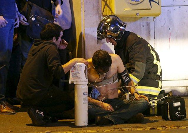 Un herido en el lugar del atentado cerca de la sala de conciertos Bataclan