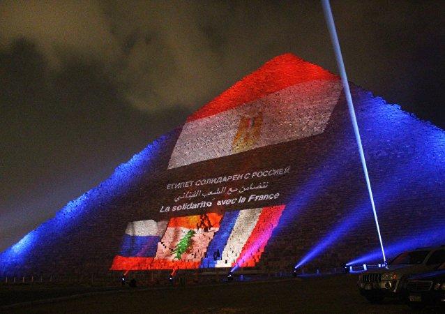 Las pirámides de Egipto se iluminan con las banderas de Rusia, Francia y el Líbano