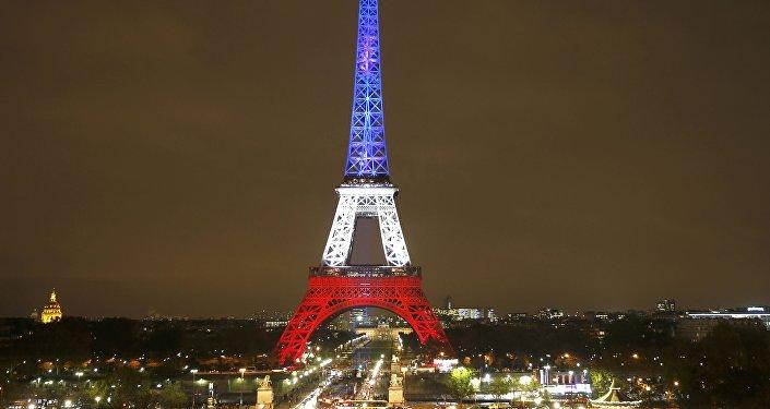 La Torre Eiffel se iluminó en homenaje a las víctimas del atentado terrorista del 13 de noviembre de 2015