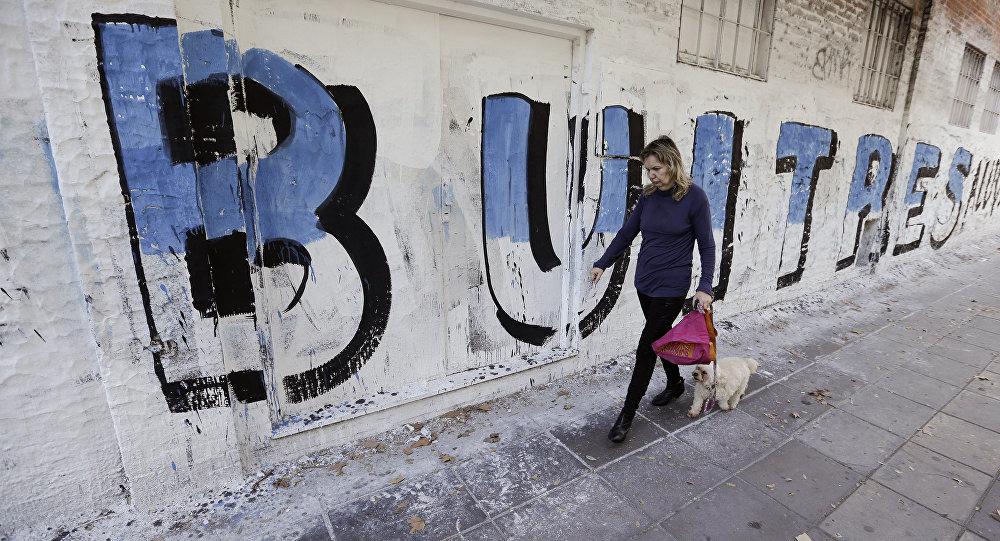 Un graffiti con la palabra buitres en Buenos Aires
