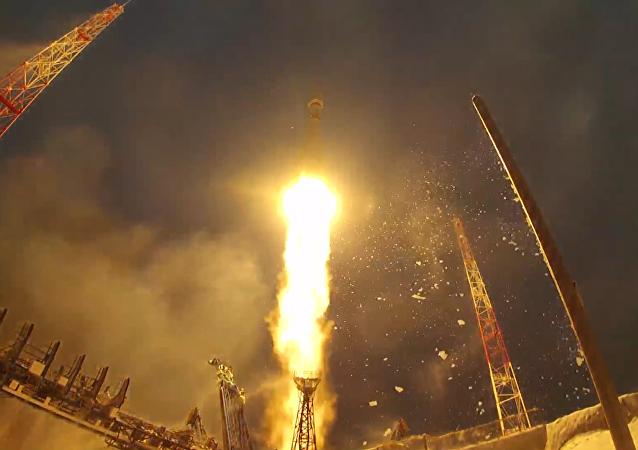 Rusia lanza cohete Soyuz con satélite militar moderno