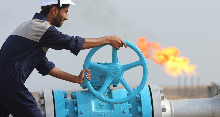 Empleado comprueba una tubería de petróleo en Irak (archivo)
