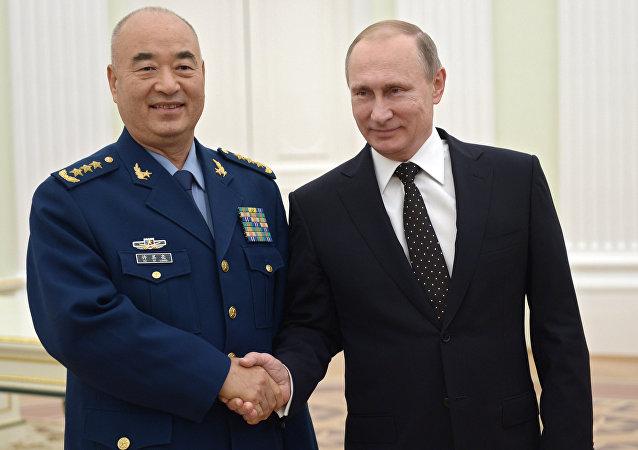 Мicepresidente de la Comisión Militar Central de China, Xu Qiliang y presidente de Rusia, Vladímir Putin
