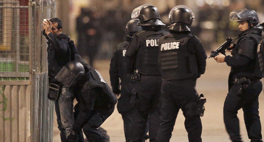 Policías franceses durante el tiroteo en Saint Denis
