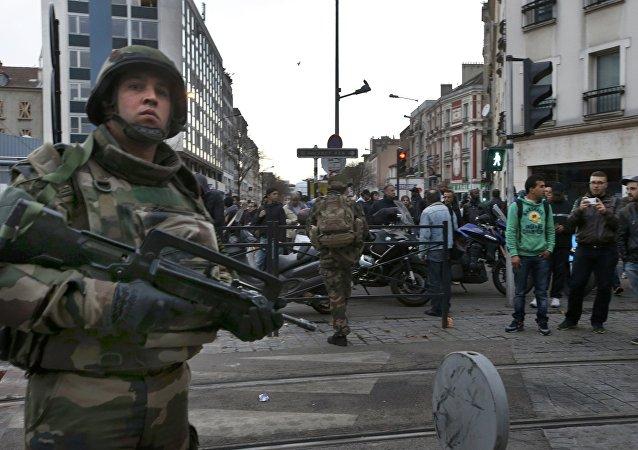 Soldados franceses vigilan el área durante el tiroteo en Saint-Denis