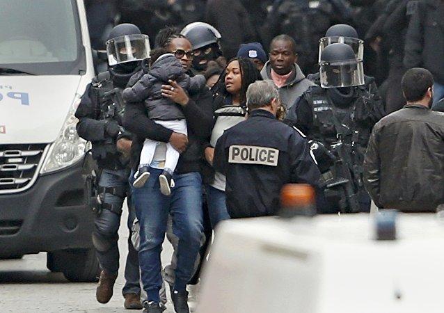 Soldados franceses evacuan a los civiles en el suburbio de Saint-Denis